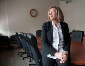 femme blonde professionnelle dans une salle de conférence