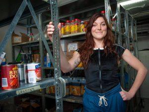 jeune femme dans un entrepôt de nourriture