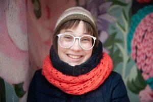 jeune femme avec lunettes blanches et vêtements d'hiver
