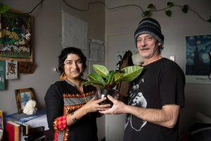 une femme et un homme qui tiennent une plante